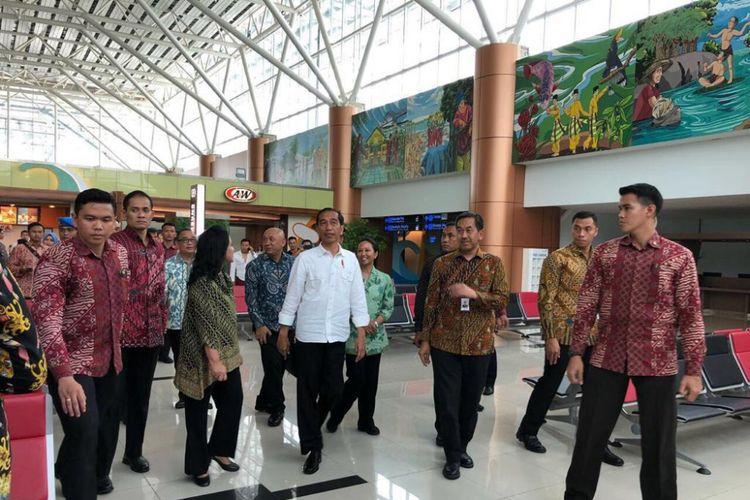 Presiden Joko Widodo ketika meninjau Bandara Internasional Supadio.