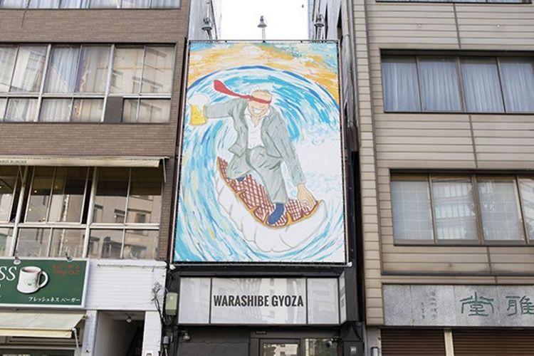 Papan nama toko dengan ilustrasi gambar pekerja kantoran yang menaiki papan selancar berbentuk pangsit