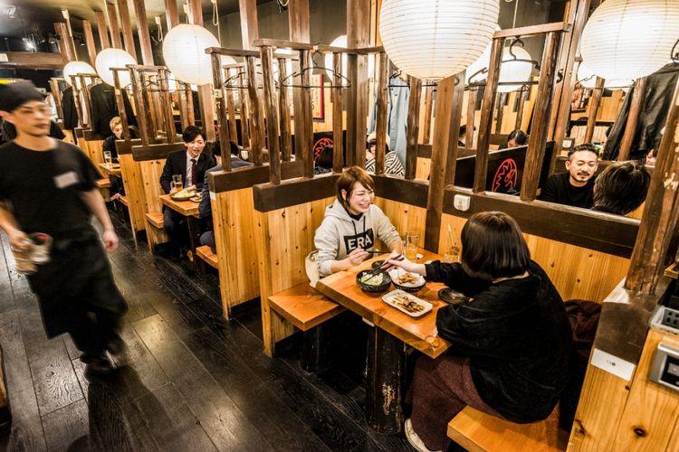 Perkakas kayu menimbulkan atmosfer hangat di kedai ini, sebuah tempat yang cocok untuk minum-minum.