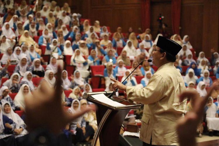 Calon Presiden nomer urut 02 Prabowo Subianto bertemu ratusan emak-emak yang tergabung dalam Forum Komunikasi Majelis Talim (FKMT) serta relawan Aliansi Pencerah Indonesia (API).   Pertemuan tersebut digelar di kediaman Prabowo, Desa Bojong Koneng, Bukit Hambalang, Kecamatan Babakan Madang, Kabupaten Bogor, Jawa Barat, (8/2/2019).