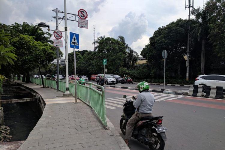 Zebra Cross yang terhalang pagar besi di Tamini Square, Makasar, Jakarta Timur, Minggu (10/2/2019)