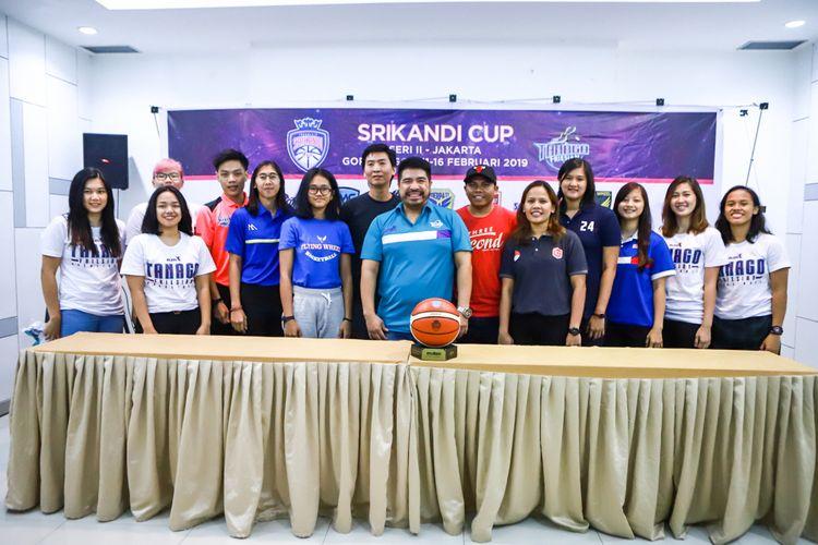 Para pemain dan pelatih klub peserta Srikandi Cup 2018-2019 berpose pada sesi konferensi pers seri kedua di Hotel Amaris, Grogol, Jakarta, Minggu (10/2/2019).