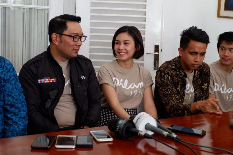 Vanesha Prescilla, pemeran Milea dalam Film Dilan 1991 bersama Gubernur Jawa Barat Ridwan Kamil saat konferensi pers di Gedung Pakuan Bandung, Minggu (10/2/2019).