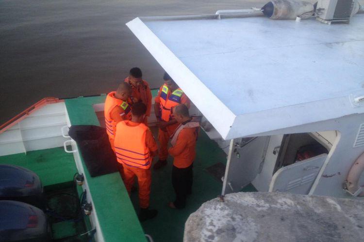 Tim Basarnas Pekanbaru melakukan pencarian kapal tenggelam dan satu korban yang dilaporkan hilang di perairan Rangsang Barat, Kepulauan Meranti, Riau, Selasa (12/2/2019).