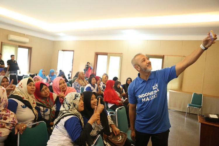 Calon anggota legislatif Partai Amanat Nasional (PAN) Idris Sandiya wefie dengan para relawannya