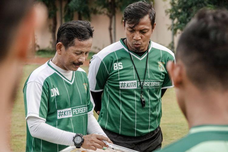 Pelatih Persebaya Djadjang Nurdjaman dan asisten pelatih Persebaya Bejo Sugiantoro memberi arahan kepada pemain Persebaya dalam latihan di Lapangan Polda Jatim, Surabaya pada Kamis (14/2/2019)