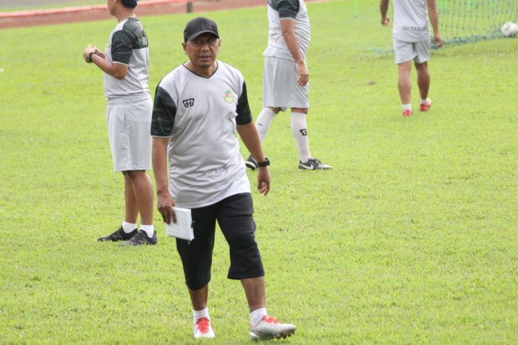 Pelatih Tira Persikabo, Rahmad Darmawan, saat memimpin latihan timnya, Jumat (15/1/2019).