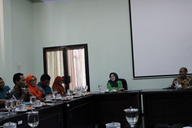 Pertemuan antara perwakilan BKDPP Pemkab Jombang, perwakilan honorer kategori II, serta Dewan Perwakilan Rakyat Daerah (DPRD) Jombang yang diwakili Komisi A, terkait perekrutan pegawai kontrak pemerintah atau Pegawai Pemerintah dengan Perjanjian Kerja (PPPK), Jumat (15/2/2019).