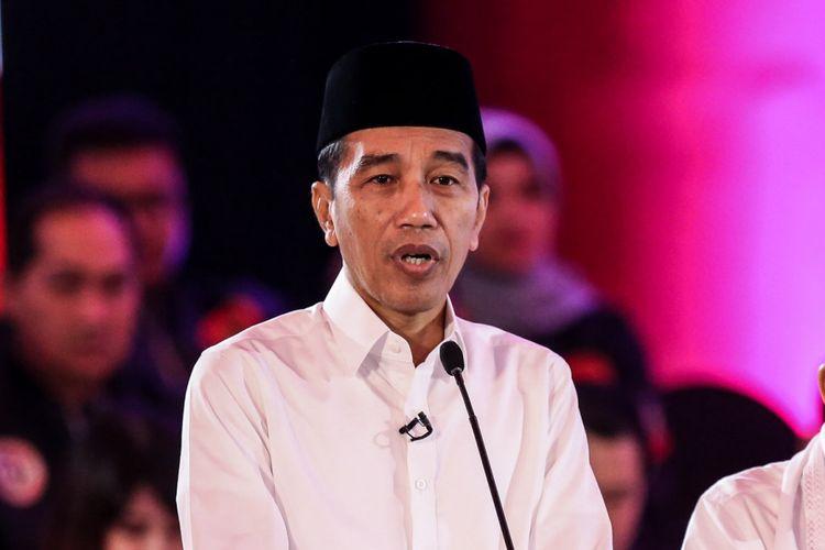 Calon Presiden nomor urut 1, Joko Widodo saat mengikuti debat pilpres pertama di Hotel Bidakara, Jakarta Selatan, Kamis (17/1/2019). Tema debat pilpres pertama yaitu mengangkat isu Hukum, HAM, Korupsi, dan Terorisme.