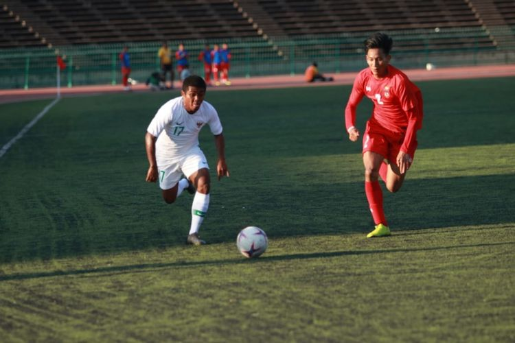 Billy Pajy Keraf (kiri) saat membela timnas u-22 Indonesia versus timnas u-22 Myanmar pada laga perdana Grup B Piala AFF U-22 2019 di Stadion Nasional, Phnom Penh, Kamboja, Senin (18/02/2019).