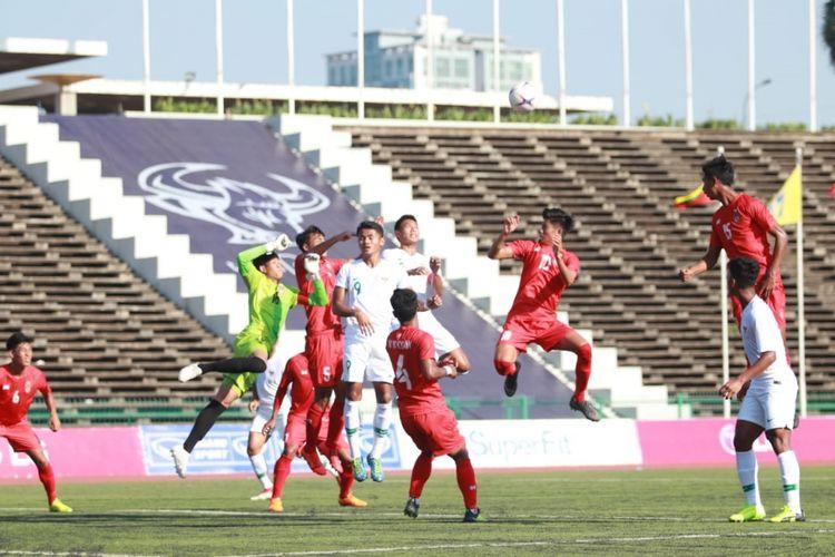 Suasana pertandingan timnas u-22 Indonesia versus timnas u-22 Myanmar pada laga perdana Grup B Piala AFF U-22 2019 di Stadion Nasional, Phnom Penh, Kamboja, Senin (18/02/2019).