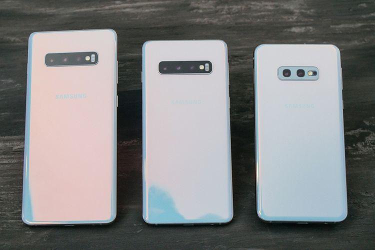 Galaxy S10 Plus (kiri), Galaxy S10 (tengah), dan Galaxy S10e warian warna putih.