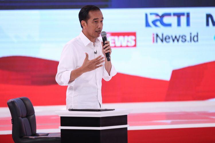 Calon Presiden Nomor Urut 1, Joko Widodo menyampaikan gagasannya saat Debat Kedua Calon Presiden, Pemilihan Umum 2019 di Hotel Sultan, Jakarta, Minggu (17/2/2019).