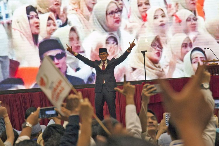 Calon Wakil Presiden Sandiaga Uno menyapa pendukungnya usai menyampaikan pidato kebangsaan di Jakarta Convention Center, Jakarta, Senin (14/1/2019). Prabowo-Sandiaga menyampaikan pidato kebangsaan dengan tema 'Indonesia Menang' yang merupakan tagline visi dan misinya.