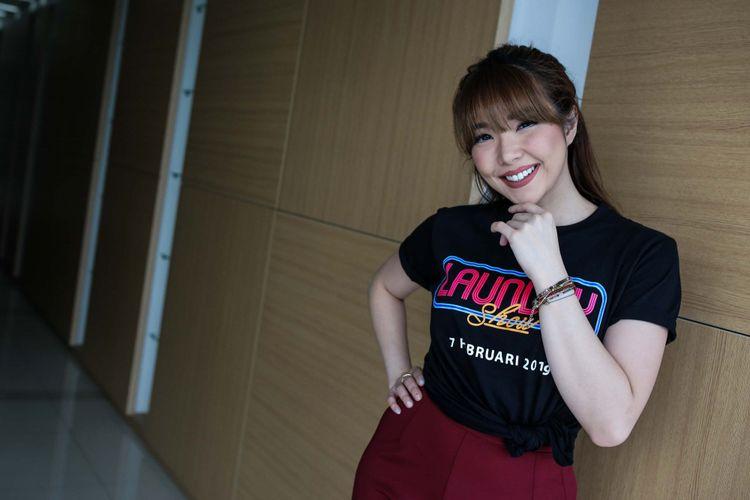Gisella Anastasia berpose saat media visit film Laundry Show di Menara Kompas, Palmerah, Jakarta Barat, Rabu (23/01/2019). Melibatkan sejumlah stand up comedian dan pelawak, film Laundry Show ini akan tayang pada 7 Februari 2019 mendatang.