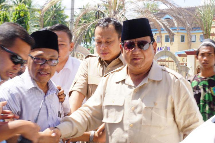 Prabowo saat tiba di Pondok Pesantren Salafiyah Syafi?iyah Sukorejo, Banyuputih Situbondo Jawa Timur Senin (25/2/2019)