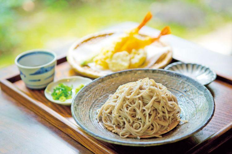 Set tempura mori soba berisi udang, tempura renyah dari sayuran