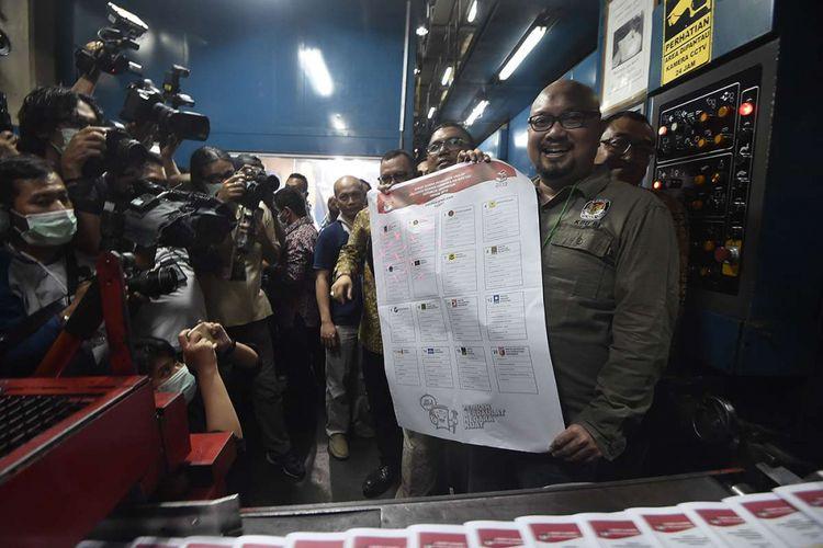 Komisioner KPU Ilham Saputra menunjukkan surat suara legislatif kepada awak media saat pencetakan di Jakarta, Minggu (20/1/2019). Komisi Pemilihan Umum (KPU) resmi memproduksi surat suara untuk kebutuhan Pemilu 2019, total sebanyak 939.879.651 surat suara yang dicetak serentak di lima percetakan konsorsium ditambah satu perseroan terbatas selama tiga bulan kedepan.