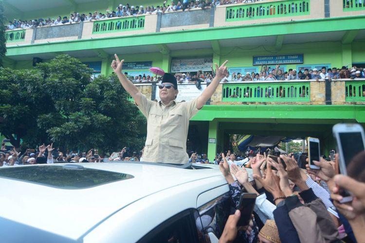 Calon Presiden Prabowo Subianto disambut ribuan santri pondok pesantren Mambaul Ulum Bata-Bata, Selasa (26/2/2019). Ia menceritakan pengalamannya saat memimpin prajurit asal Madura yang suka berkelahi dan doyan makan.