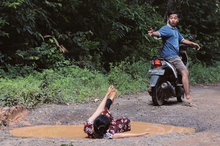 Jalan rusak di Kecamatan Batumarta Kabupaten OKU, Sumatera Selatan yang dijadikan objek foto.