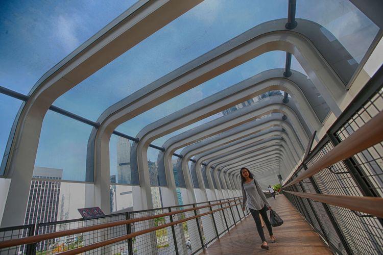 Revitalisasi Jembatan Penyeberangan Orang Bundaran Senayan di Jalan Jenderal Sudirman, Jakarta Pusat, Kamis (28/2/2019). Tiga jembatan penyeberangan orang ( JPO) di Jalan Jenderal Sudirman, Jakarta Pusat hari ini sudah mulai bisa digunakan.