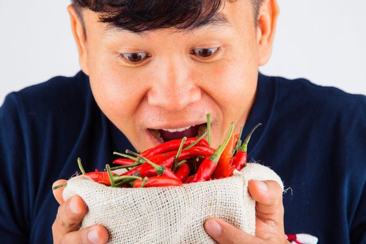Ilustrasi makan cabai