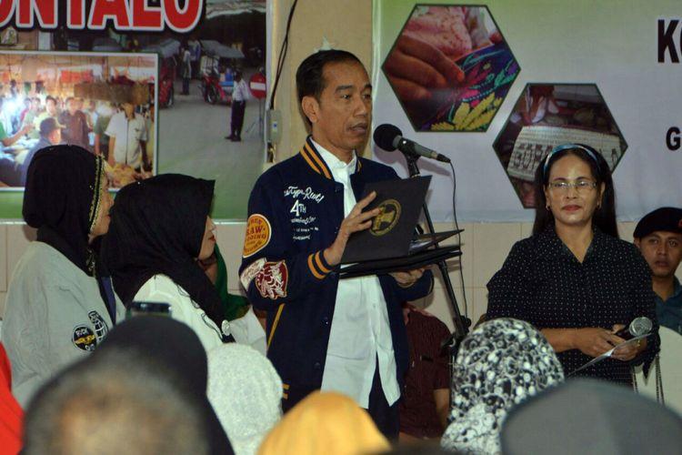 Presiden Joko Widodo (Jokowi) saat berdialog dengan tiga orang perwakilan pedagang penerima kredit Ultra Mikro di Pasar Sentral Kota Gorontalo, Jumat (1/3/2019).