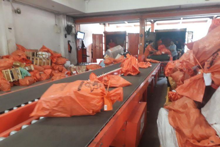 Gudang pengiriman PT Pos Indonesia di Jalan Raya Juanda Sidoarjo