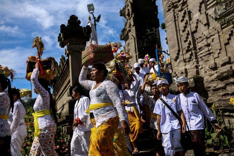 Prosesi upacara Melasti di Pura Ulun Danu Beratan di Desa Candikuning, Kabupaten Tabanan, Bali, Senin (4/3/2019). Upacara Melasti dilaksanakan dalam rangkaian perayaan Nyepi Tahun Baru Caka 1941 yang jatuh pada tanggal 7 maret 2019.