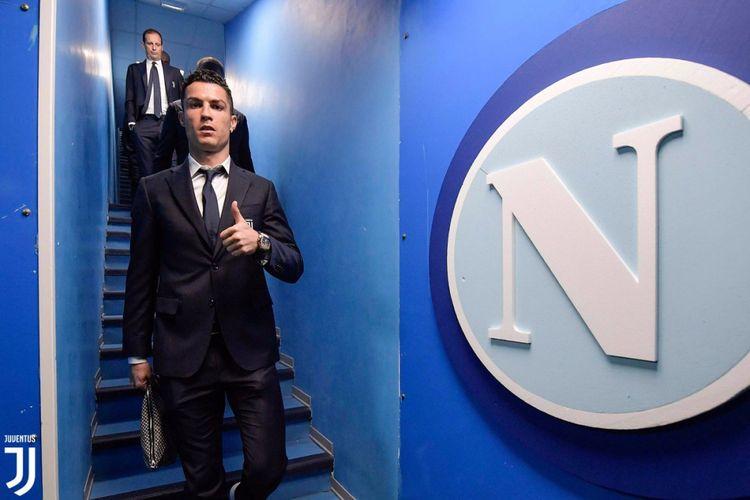 Penyerang Juventus, Cristiano Ronaldo, saat tiba di markas Napoli.