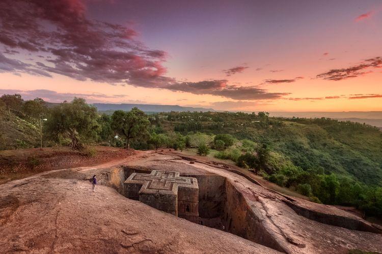 Gereja batu Lalibela, Ethiopia, merupakan peninggalan kuno yang masih digunakan untuk ibadah sampai saat ini.
