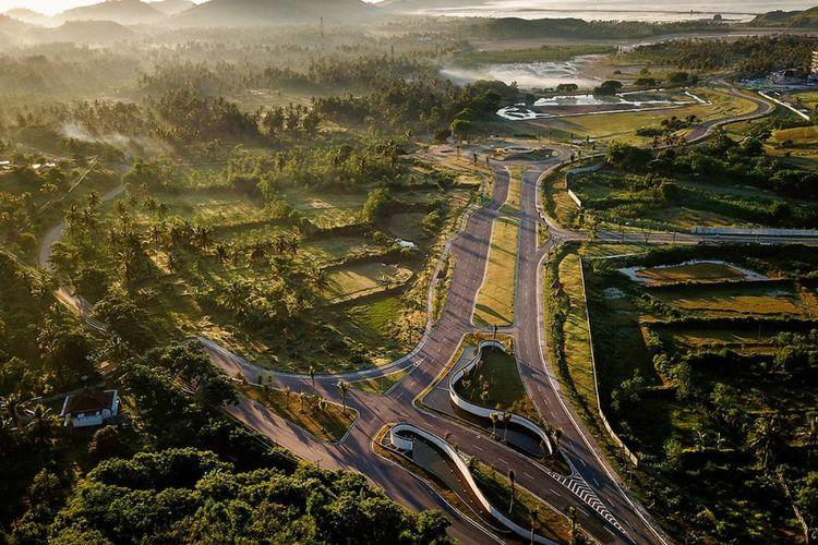 Foto udara proyek pengembangan pesisir Mandalika yang diusulkan menjadi lokasi balapan sepeda motor MotoGP dengan sirkuit jalan yang dibangun khusus, di Mandalika, selatan Lombok, Sabtu (23/2/2019). Kembalinya MotoGP ke Indonesia setelah lebih dari dua dekade dan menggunakan lokasi di Pulau Lombok diharapkan dapat menghidupkan kembali ekonomi dan pariwisata pulau tersebut yang sempat dilanda gempa bumi dahsyat, 2018 lalu.