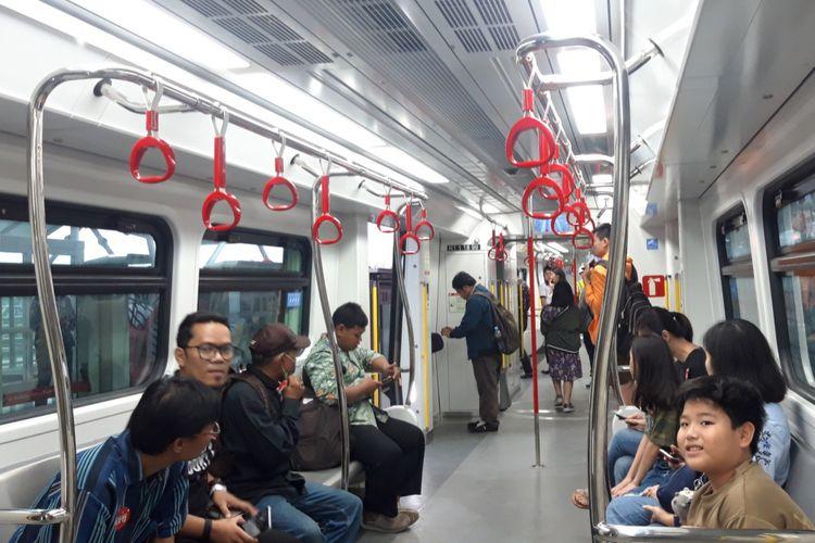 Warga saat menjajal LRT Jakarta, Rabu (6/3/2019)