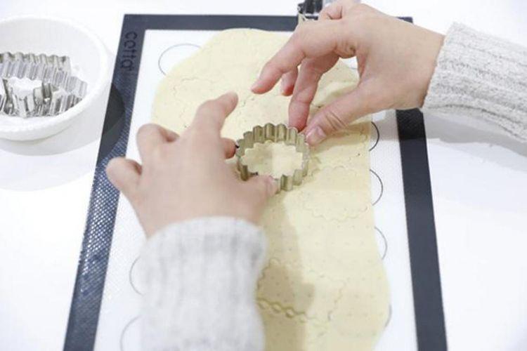 Pengunjung bebas menentukan bentuk biskuit dengan menggunakan cetakan berbentuk hati dan lain sebagainya.