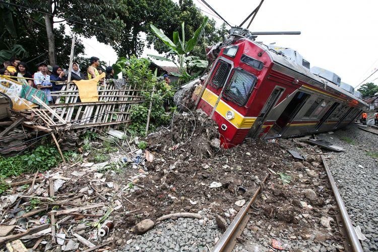 Kereta Api 1722 jurusan Jatinegara menuju Bogor anjlok saat melintas di antara Stasiun Cilebut dan Bogor, Minggu (10/3/2019). Akibatnya, enam orang mengalami luka-luka dan sejumlah perjalanan KRL lintas Jakarta Kota-Bogor terganggu.