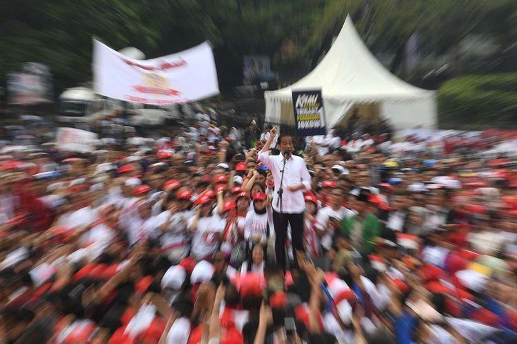 Calon Presiden Joko Widodo (tengah) berorasi saat menghadiri deklarasi Alumni Jabar Ngahiji di Monumen Perjuangan Kota Bandung, Jawa Barat, Minggu (10/3/2019). Deklarasi untuk mendukung capres nomor urut 01 itu mengangkat tema ayo bung satu kembali.