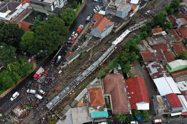 Foto udara proses evakuasi KRL Commuter Line 1722 yang anjlok di pintu perlintasan Kebon Pedes, Tanah Sareal, Kota Bogor, Jawa Barat, Minggu (10/3/2019).