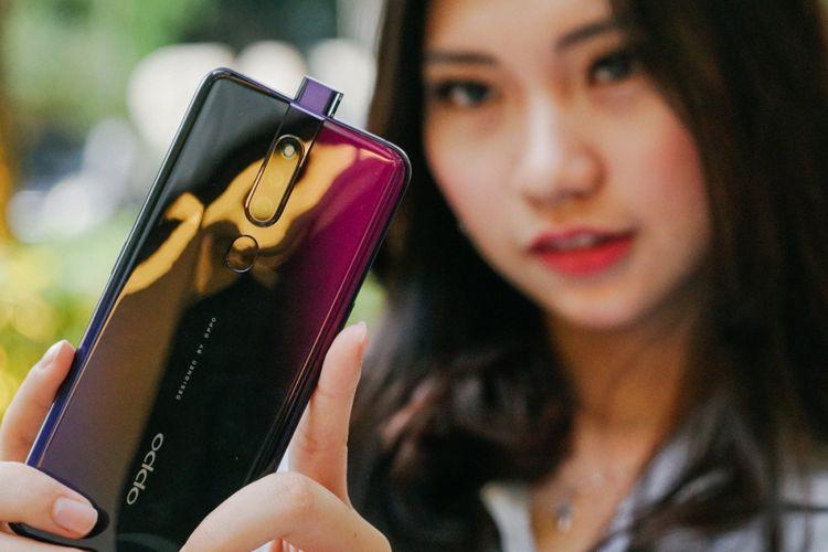 Model memperlihatkan kamera pop-up Oppo F11 Pro dalam acara media preview di Jakarta, Jumat (8/3/2019).