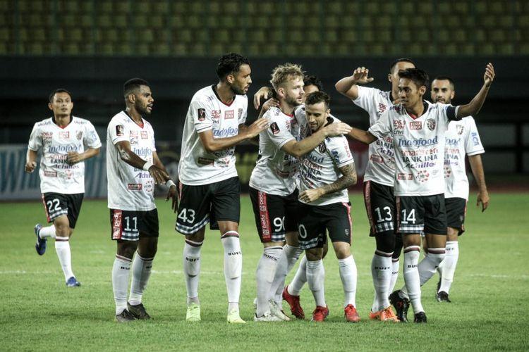 Para pemain Bali United merayakan gol ke gawang Semen Padang pada laga penyisihan Grup B Piala Presiden 2019, di Stadion Patriot, Bekasi, Jawa Barat, Senin (11/3/2019).
