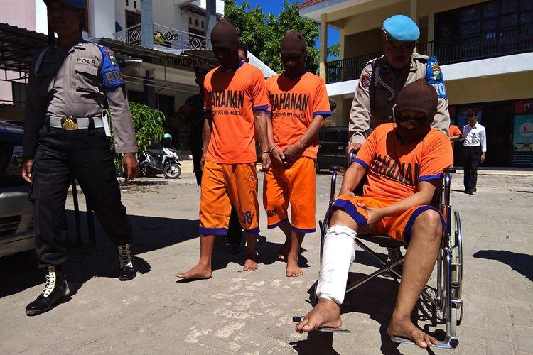 Polisi berhasil membekuk komplotan pencuri yang meresahkan warga. 2 diantaranya terpaksa ditembak kakinya karena melawan saat diamankan.