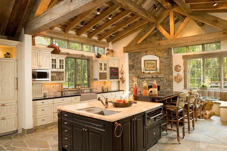 Elemen rustic ditampilkan pada tiang penyangga kayu dan lantai batu