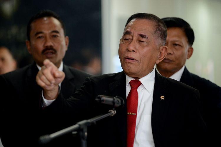 Menteri Pertahanan Ryamizard Ryacudu (tengah) menjawab pertanyaan dari wartawan di Kementerian Pertahanan, Jakarta, Rabu (12/6/2019). Ryamizard Ryacudu menyatakan keamanan jelang sidang sengketa Pemilihan Presiden 2019 di Mahkamah Konstitusi (MK) pada 14 Juni 2019, berjalan kondusif. ANTARA FOTO/M Risyal Hidayat/nz.
