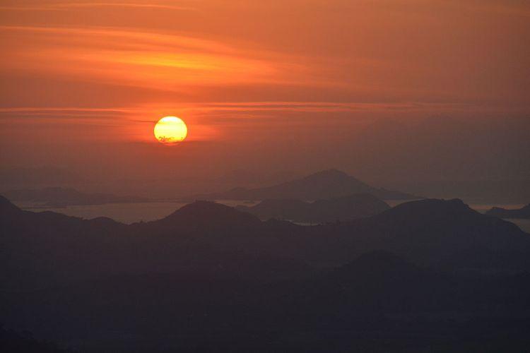 Keindahan matahari terbenam di ujung Barat Pulau Flores disaksikan dari Puncak Watu Api Melo, Desa Liang Ndara, Kecamatan Mbeliling, Kabupaten Manggarai Barat, Flores, NTT, Kamis, (25/7/2019). Ini merupakan spot terbaik untuk berswafoto di pinggir jalan Transflores Ruteng-Labuan Bajo. (KOMPAS.com/MARKUS MAKUR)