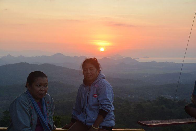 Wisatawan Nusantara sedang menikmati senja di Puncak Watu Api Melo, Desa Liang Ndara, Kecamatan Mbeliling, Kab. Manggarai Barat, Flores, NTT, Kamis, (25/7/2019). Puncak Watu Api merupakan salah satu spot terbaik menyaksikan matahari terbenam di pinggir jalan Transflores Ruteng-Labuan Bajo. (KOMPAS.com/MARKUS MAKUR)