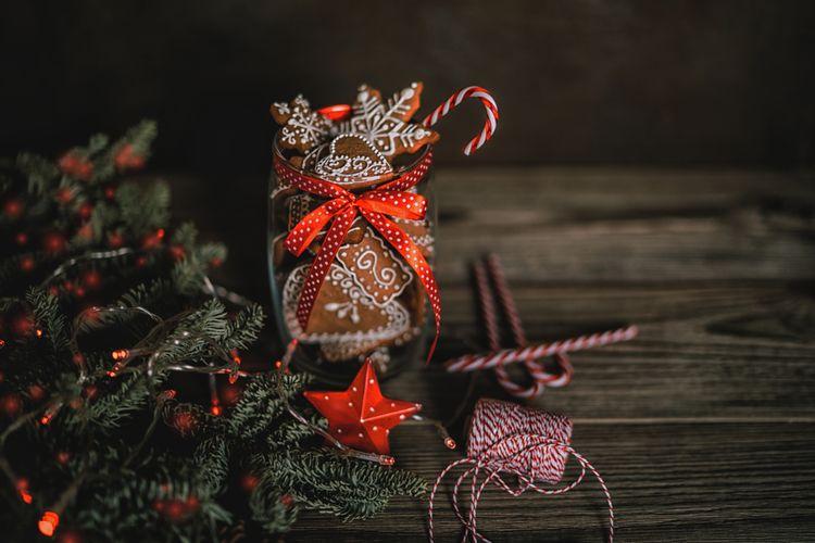 Ilustrasi hamper Natal berupa butter cookies.