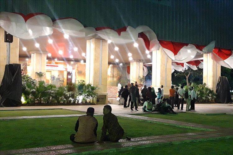 PNS balai kota DKI Jakarta masih berada di halaman pasca gempa yang mengguncang Jakarta, Jumat (2/8/2019)
