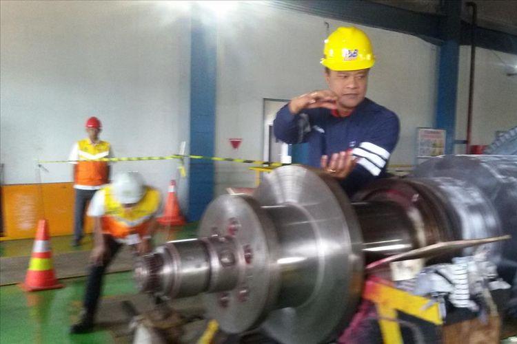 Petugas saat menjelaskan satu turbin buatan Cina yang dalam tahap pemeliharaan di PLTU Air Anyir, Bangka, Rabu (7/8/2019).