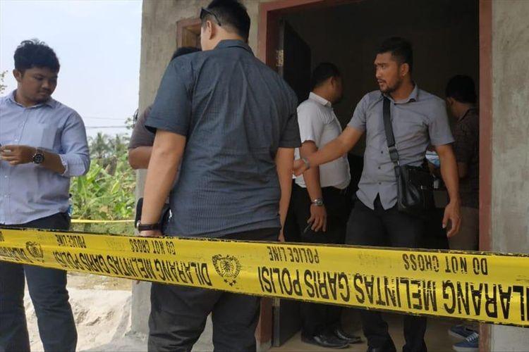Rumah keluarga korban yang diduga pembantaian di Kabupaten Serang, Banten dipasang garis polisi, Selasa (13/8/2019).