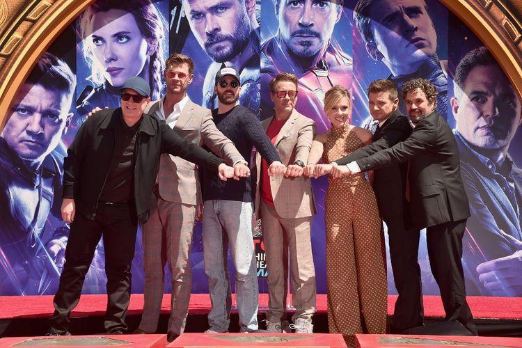 (Dari kiri) Presiden Marvel Studios Kevin Feige, dan para pemeran Avengers Chris Hemworth, Chris Evans, Robert Downey Jr., Scarlett Johansson, Jeremy Renner, dan Mark Ruffalo menghadiri acara Hand And Footprint Ceremony di TCL Chinese Theatre, Hollywood, California, pada 23 April 2019.