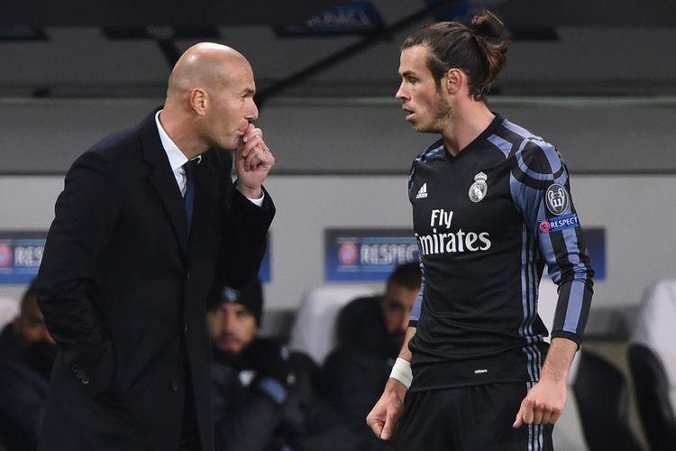 Pelatih Real Madrid, Zinedine Zidane (kiri) saat memberikan instruksi kepada pemainnya, Gareth Bale, pada laga Liga Champions kontra Legia Warsaw di Polandia, 2 November 2016.